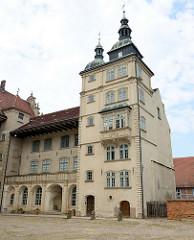 Seitenflügel mit Kupfertürmen vom Schloss Güstrow; das Güstrower Schloss ist eines der bedeutendsten Renaissancebauwerke Norddeutschlands und ist weitgehend im Originalzustand erhalten. Der Nordflügel des Schlosses wurde 1591 nach Entwürfen des Archi