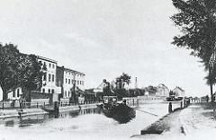 Alte Ansicht des Finowkanal als bei Eberswalde, Frachtschiffe verkehren auf dem Industriekanal; mehrstöckige Wohnhäuser stehen am Ufer.