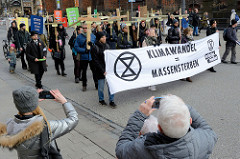 Trauermarsch der Graswurzelbewegung Extinction Rebellion XR in der Mönckebergstraße in der Hansestadt Hamburg. Die DemonstrantInnen tragen Holzkreuze mit den Namen ausgestorbener Tier- und Pflanzenarten. Transparent - Klimawandel = Massensterben, Pas