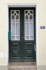 Alte Eingangstür im Stil des Historismus - aufgesetzte Zierverleistung;  Bilder der restaurierten Altstadt von Güstrow.