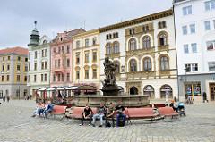 Marktplatz / Oberer Platz in Olmütz / Olomouc - historische Randbebauung, Herkules/Herkulov-Brunnen. Der Brunnen wurde 1687 von Michael Mandik und dem Steinmetz Václav Schüler geschaffen.