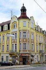 Wohnblock, Eckgebäude im Baustil der Gründerzeit mit Stuckdekor an der Hausfassade - Architekturbilder aus   Marienbad / Mariánské Lázně.