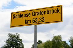 Hinweisschild auf die Schleuse Grafenbrück am Kilometer / Km 63,33 des Finowkanals in Brandenburg.