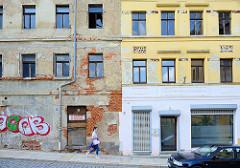 Wohnhäuser, teilweise leer stehend im renovierungsbedürftigen Zustand oder mit teilweise restaurierter Fassade in der Teichstraße von Altenburg.