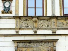 Wohnhaus/Geschäftshaus mit Bildreliefs an der Hausfassade am Markt von  Olmütz / Olomouc; Gedenkplakette, daß     der Feldmarschall Graf Radetzky von 1829 -1831 als Festungskommandant von Olmütz in dem Gebäude  lebte.