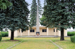 Ehrenmal für gefallene und verstorbene Angehörige der Sowjetarmee an der Plauer Chaussee in Güstrow; errichtet 1946 - Neugestaltung nach einem Entwurf von Martin Eggert 1962.