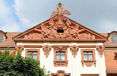 Giebel vom Seckendorffschen Palais  in Altenburg - das Giebeldreieck mit den militärischen Symbolen und dem Adler über der Grafenkrone wurde aus Rochlitzer Porphyr gefertigt.  Das Palais wurde für den Generalfeldmarschall Reichsgraf Senkendorff 1724