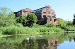 Ruinen vom Kraftwerk Heegermühle / Finow; 1909 erbaut -  Architekt Werner Issel.  Das Kraftwerk wurde 1991 stillgelegt - die historischen Fassaden spiegeln sich im Wasser des Finowkanals.
