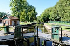 Blick über die geschlossenen Stemmtore / Schleusentore in die Schleusenkammer  der Schleuse Wolfswinkel am Finowkanal. Die Schleusenkammer ist 41,00 m lang und hat einen Hub von 2,6 m.