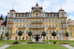 Prachtvolle Gründerzeitarchitektur in   Marienbad / Mariánské Lázně. Ehemaliges Hotelgebäude mit allegorischen Figuren auf dem Kupferdach - jetzt Leerstand.