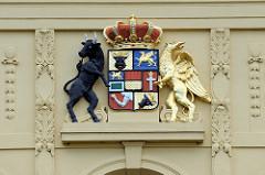 Wappen des Großherzogtums Mecklenburg-Strelitz; schwarzer Stier - goldener  Greif; Hausfassade in Grüstrow.