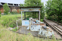 Stillgelegter, verwahrloster alter Lokschuppen an der Bahnstrecke in Güstrow - im die Vordergrund die Drehscheibe