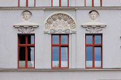 Fassade eines denkmalgeschützten Wohn- und Geschäftshauses am Markt in Güstrow.