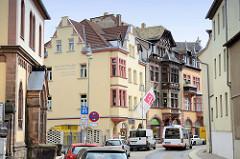 Wohn- und Geschäftshäuser in der Wallstraße von Altenburg. In der Bildmitte ein denkmalgeschütztes Gebäude mit Fachwerk im Heimatstil - Jugendstil, errichtet 1904.