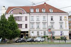 Hotelgebäude mit zur Hälfte historische Architektur und modernem Anbau mit halbrundem Dachfenster in der Stadt     Olmütz / Olomouc.