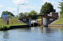 Ein Sportboot verlässt die Schleusenkammer der Stecher Schleuse im Finowkanal.