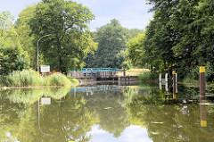 Blick zur Schleuse Ruhlsdorf am Finowkanal - die Schleusenkammer hat eine Länge von 41 m und einen Hub von 1,70m.