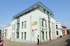 Neubau an der Baustraße in Güstrow, AWG Stadtbüro sowie Wohnhäuser in der Armesünderstraße.