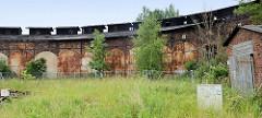 Stillgelegter, verwahrloster alter Lokschuppen an der Bahnstrecke in Güstrow .