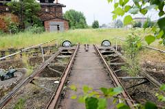 Alte verrostete Drehscheibe am historischen, denkmalgeschützten Lokschuppen in Güstrow.