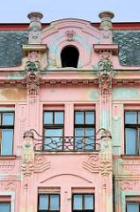 Jugendstilfassade mit aufwändigen Stuckdekor und geschwungenen Balkongitter an einem Wohnhaus in  Olmütz /Olomouc.