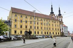 Gebäude vom Jesuitenkolleg am Náměstí Republik in Olomouc / Olmütz, dahinter die Kirchtürme der Jesuiten Kirche Maria Schnee/Kostel Panny Marie Sněžné.