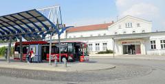 Empfangsgebäude vom Bahnhof Güstrow, die Strecke wurde 1850 errichtet. Im Vordergrund der Busbahnhof der Stadt.