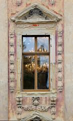 Fenster mit Kristallleuchtern, Fassade vom Schloss Altenburg in Thüringen.