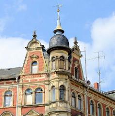 Giebel / runder Eckturm eines leerstehendes Etagenhauses in der Käthe Kollwitz Straße von Altenburg.
