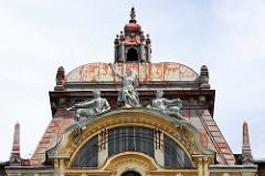 Allegorische Figuren / Statuen auf dem Kupferdach eines ehemaligen Hotelgebäudes in    Marienbad / Mariánské Lázně.