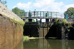 Geschlossenes Stemmtor / Schleusentor der Schleuse Stecher am Finowkanal - die Schluesenkammer hat eine Länge von 41m und einen Hub von 3,00 m.