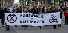 Trauermarsch der Graswurzelbewegung Extinction Rebellion XR in der Mönckebergstraße in der Hansestadt Hamburg. Die DemonstrantInnen tragen Holzkreuze mit den Namen ausgestorbener Tier- und Pflanzenarten. Transparent - Klimawandel = Massensterben.