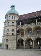 Seitenflügel mit Kupferturm vom Schloss Güstrow; das Güstrower Schloss ist eines der bedeutendsten Renaissancebauwerke Norddeutschlands und ist weitgehend im Originalzustand erhalten. Der Nordflügel des Schlosses wurde 1591 nach Entwürfen des Archite