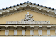 """Tympanon, Fassade vom Logenhaus der Altenburger Loge """"Archimedes zu den drey Reißbretern; errichtet 1804 - Architekt Heinrich Wilhelm Schmidt."""
