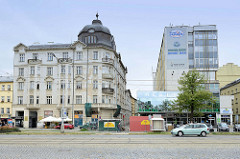 Geschäftshaus/Wohnhaus im Baustil der Gründerzeit mit Kupferhelm neben einem  Hochhaus mit Glasanbau der 1960 er Jahre - Fotos von gegensätzlicher Architektur in Olmütz /Olomouc, Tschechien.