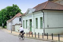 Denkmalgeschütztes Wohnhaus - klassizistischer Baustil neben dem ehem. Gleviner Torhaus in Güstrow - jetzt Nutzung als Gewerberaum für ein Mut-Institut.