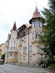 Restaurierte Gründerzeitvillen mit spitzen Ecktürmen und Fachwerkgiebeln    Marienbad / Mariánské Lázně.