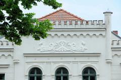 Hausfassade - Hausgiebel mit Stuckdekor; barbusige Meerjungfrau / Nixe - Pferde mit Fischschwänzen; Architekturfotos historischer, denkmalgeschützter Gebäude in Güstrow.