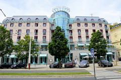 Modernes Hotelgebäude mit gläserner Mittelsäule im Kurbad Marienbad / Mariánské Lázně.