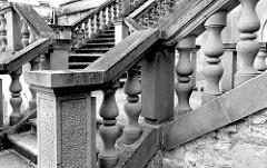 Treppenaufgang mit Steinsäulen am Schloss von Güstrow.