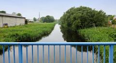 Lauf vom   Bütrow-Güstrow Kanal am alten Hafen von Güstrow; der Wasserlauf ist teilweise mit Schilf zugewuchert . Der Kanal hat eine Länge von 14 km und ist der Überrest einer Binnenwasserstraße von Rostock nach Berliner wurde 1896 für den Verkehr
