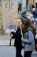 Trauermarsch der Graswurzelbewegung Extinction Rebellion XR in der Mönckebergstraße  in der Hansestadt Hamburg. Die DemonstrantInnen tragen Holzkreuze mit den Namen ausgestorbener Tier- und Pflanzenarten - Plakat: RIP mit Namen von Tierarten.