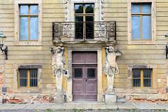 Eingang mit Skulpturen / Atlanten vom Festsaal / Festsaalflügel vom Schloss Altenburg.