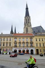 Wohnhäuser mit Restaurants - Istanbul Kebab - dahinter die Türme vom Wenzelsdom in Olmütz / Olomouc.