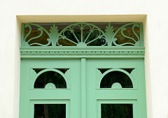 Alte Eingangstür im Stil des Historismus - aufgesetzte Zierverleistung und mit aufwändigem Schnitzwerk versehenes Oberlicht;  Fotos der restaurierten Altstadt von Güstrow.
