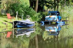 Sportboote am Ufer des Finowkanals bei Finowfurt - ein Trabant / Trabi ist zu einem Sportboot umgebaut worden.