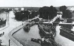 Historische Luftaufnahme der Schleusen des Finowkanals bei Eberswalde; ein Lastkahn verlässt gerade die Schleusenkammer, andere warten auf die Schleusung.