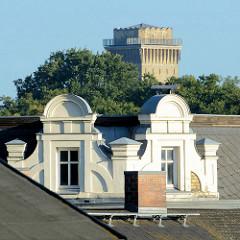 Dachgauben in Finow - Ortsteil von Eberswalde; im Hintergrund der historischer, denkmalgeschützter expressionistischer Wasserturm der Messingwerke.