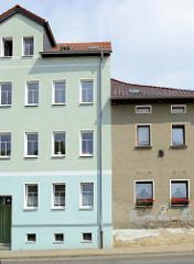 Wohnhäuser / Etagenhäuser, teilweise mit bunter Fassade oder mit Rauhputz in der Zwickauer Straße von Altenburg.