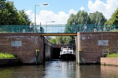 Ein Sportboot verlässt die Eberswalder Schleuse am Finowkanal in Brandenburg.